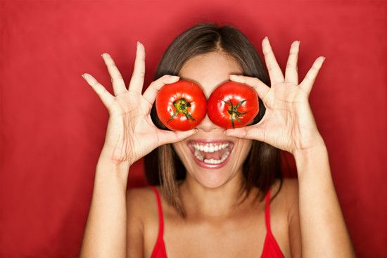 A women with tomatoes in her hands